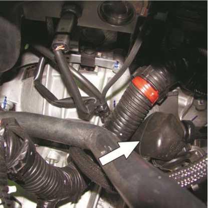 Проверка защитного чехла шарнира тяги переключения передач